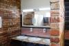 Izlietnes un spogulis jaunajā dušas mājā