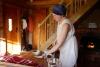 Pirtniece Aina veic skaņu terapiju