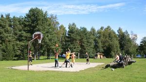 Ezermaļu basketbola laukums