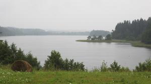 Zvirgzdu ezers lietainā dienā